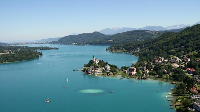 La ville de Klagenfurt au bord du lac de Worthersee
