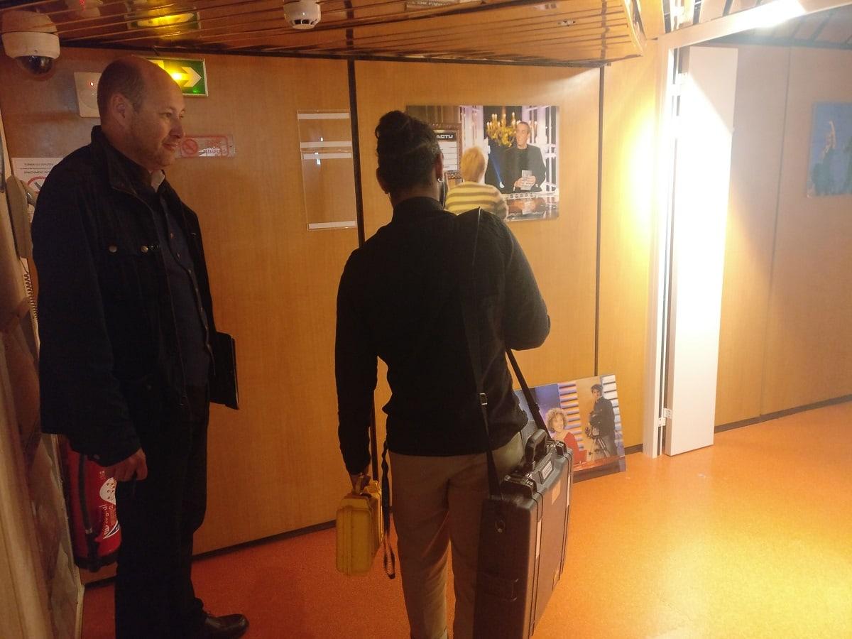 huissier de justice et technicien FDJ avec les boules officielles