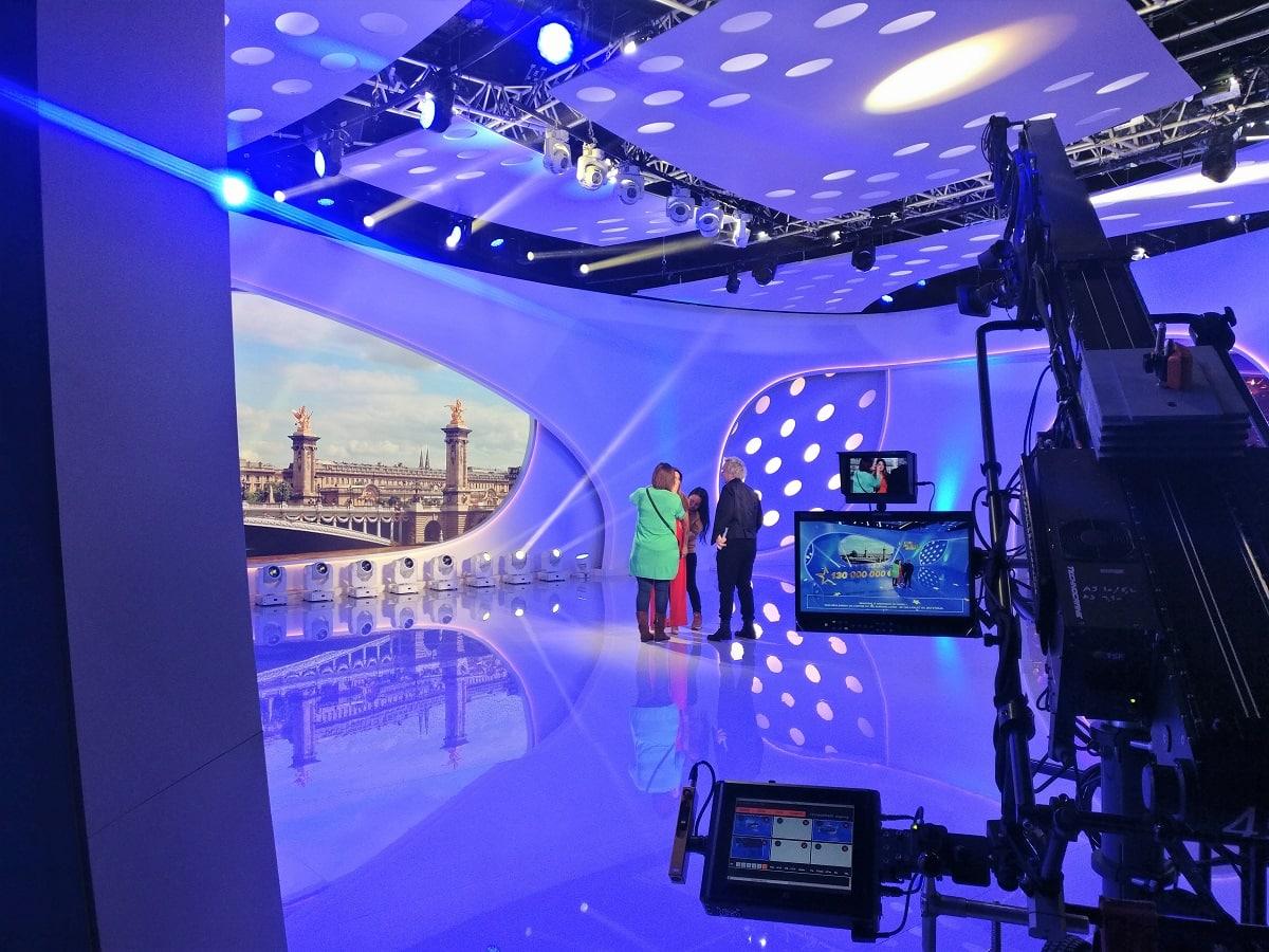 préparation de la présentatrice de l'émission Euromillions